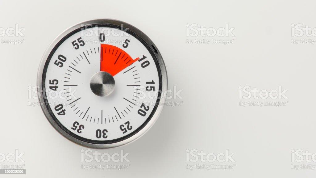Vintage analog kitchen countdown timer, 9 minutes remaining stock photo