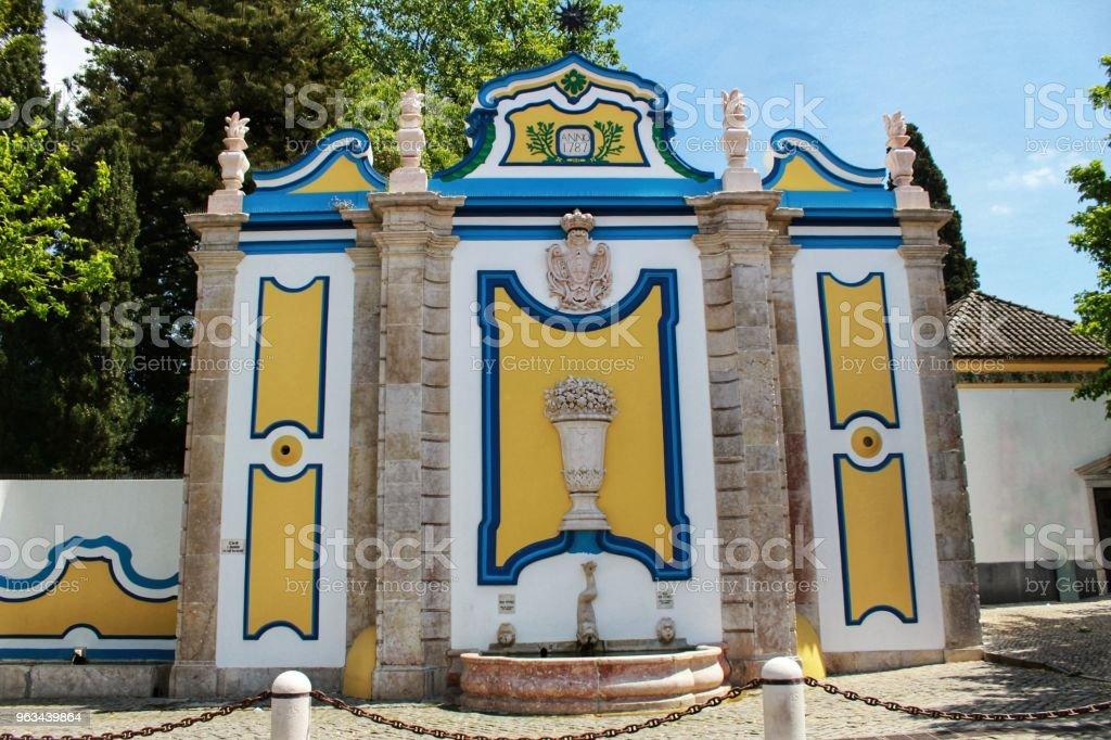 Fontaine en pierre vintage et colorée dans le village de Azeitao - Photo de Activités de week-end libre de droits