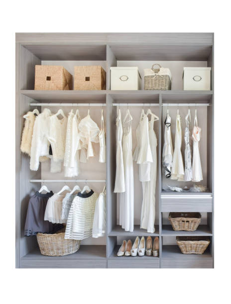 vintage und stilvolle inneneinrichtung aus holz garderobe - isoliert auf weißem hintergrund - offene regale stock-fotos und bilder