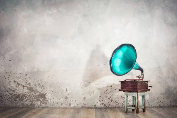 Vintage antike, alterte Aquamarin-Grammongrammographen-Drehscheibe auf altem Holzhocker Frontanbetonhintergrund mit seinem Schatten. Retro-alten Stil gefiltert Foto – Foto