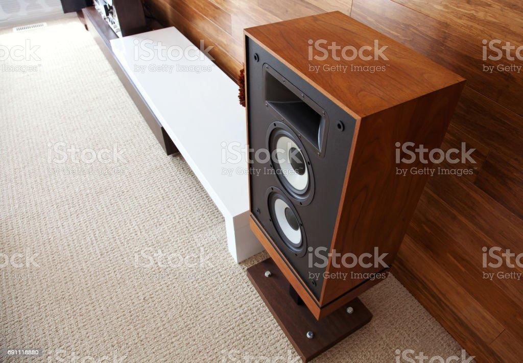 Vintage audio lautsprecher in minimalistischen modernen interieur