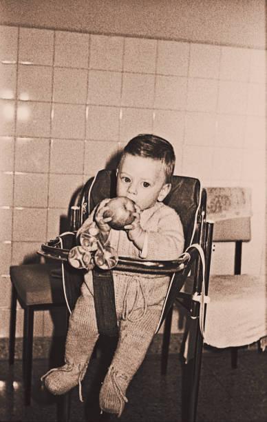 vintage baby boy foto der sechziger jahre - kücheneinrichtung nostalgisch stock-fotos und bilder