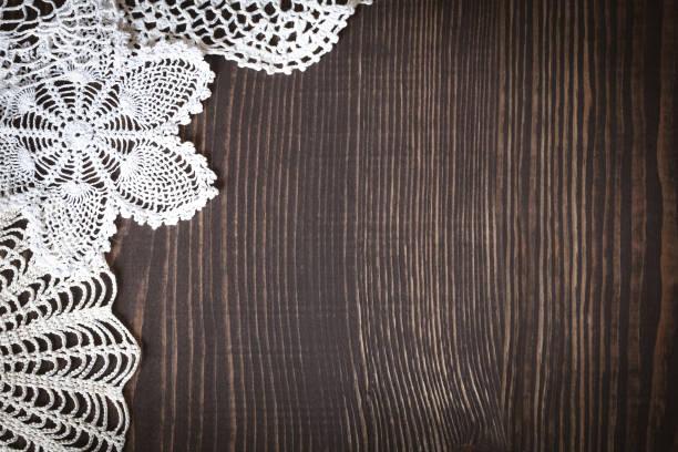 klassisch hintergrund mit weiße gehäkelte spitze - vintage spitze stock-fotos und bilder