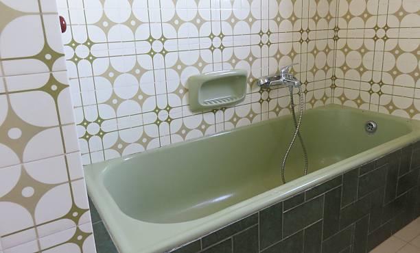 bagno vintage - bacinella metallica foto e immagini stock
