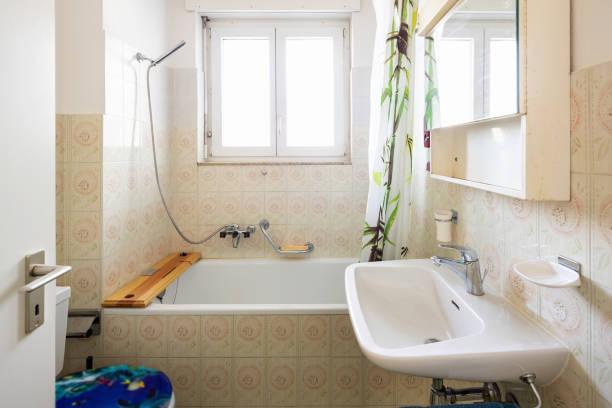 Vintage Bad mit grünen Fliesen und Fenster – Foto