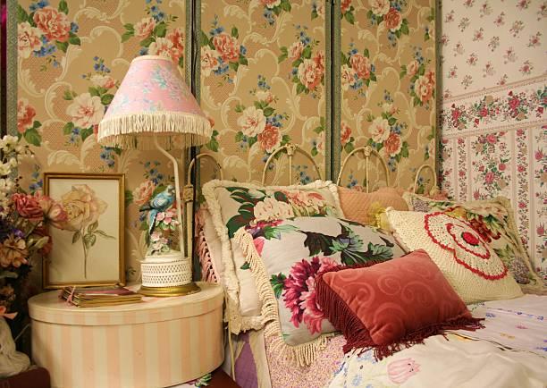 vintage-schlafzimmer - blumendrucktapete stock-fotos und bilder