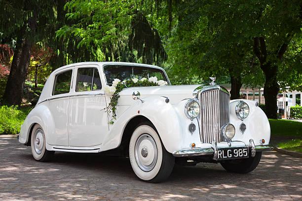 vintage bentley hochzeit auto mit blumen - grüne wald hochzeiten stock-fotos und bilder