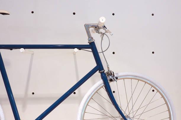oldtimer fahrrad an die wand hängen - fahrradhalter stock-fotos und bilder