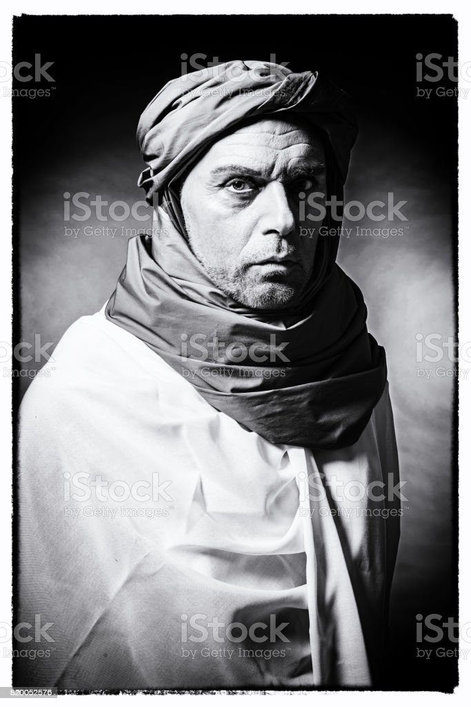 vintage photo noir et blanc dun homme berb re portant turban avec peignoir studio abattu. Black Bedroom Furniture Sets. Home Design Ideas