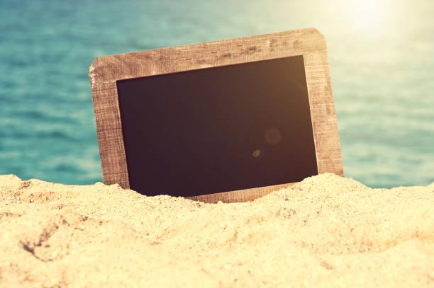 Vintage leere Tafel im Sand eines Strandes, Sommer Hintergrund – Foto