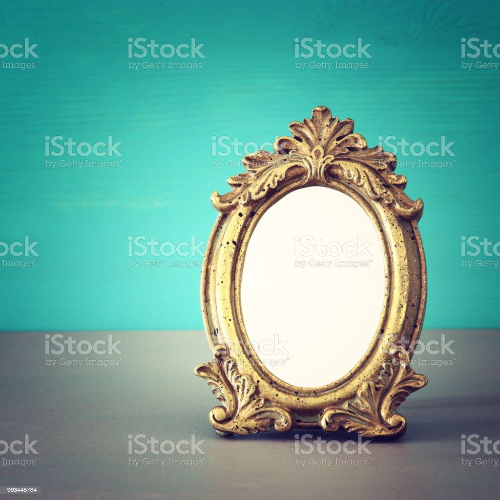 Vintage puste złota ramka na drewniany stół. Gotowy do montażu fotografii. - Zbiór zdjęć royalty-free (Konstrukcja szkieletowa)
