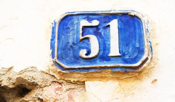 vintage azul y blanco calle dirección número: 51 - numero 51 fotografías e imágenes de stock