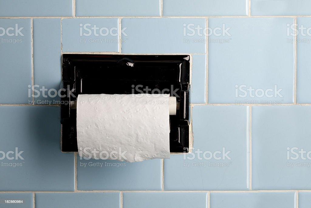 Blu vintage bagno con piastrelle il portarotolo di carta igienica