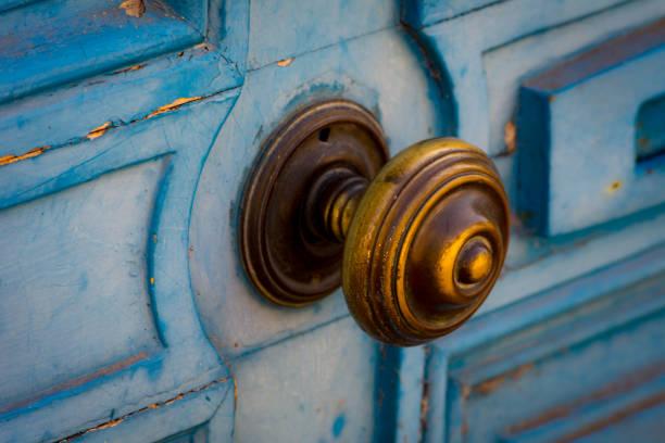 vintage blaue tür mit messing-öffner - patina farbe stock-fotos und bilder