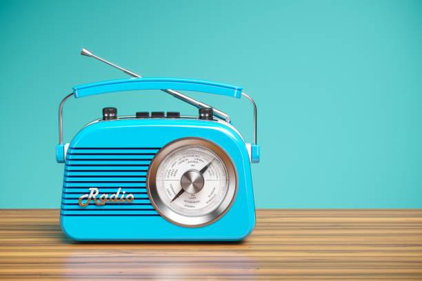 Vintage blau Radio Empfänger auf Holztisch – Foto