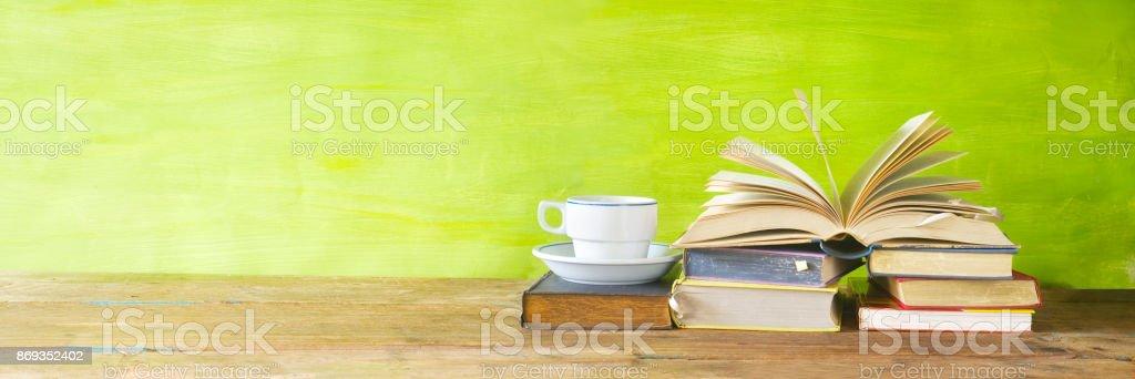 Oldtimer Bücher mit Kaffeetasse – Foto