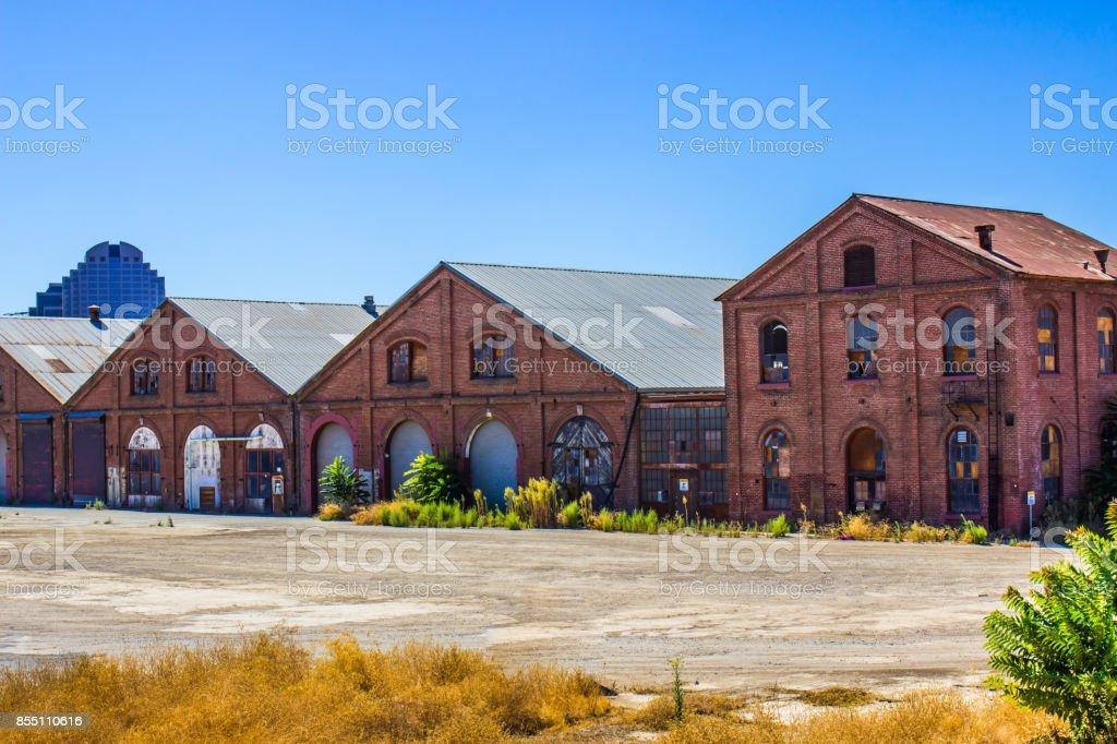 Edifícios de tijolo vintage no pátio da ferrovia - foto de acervo