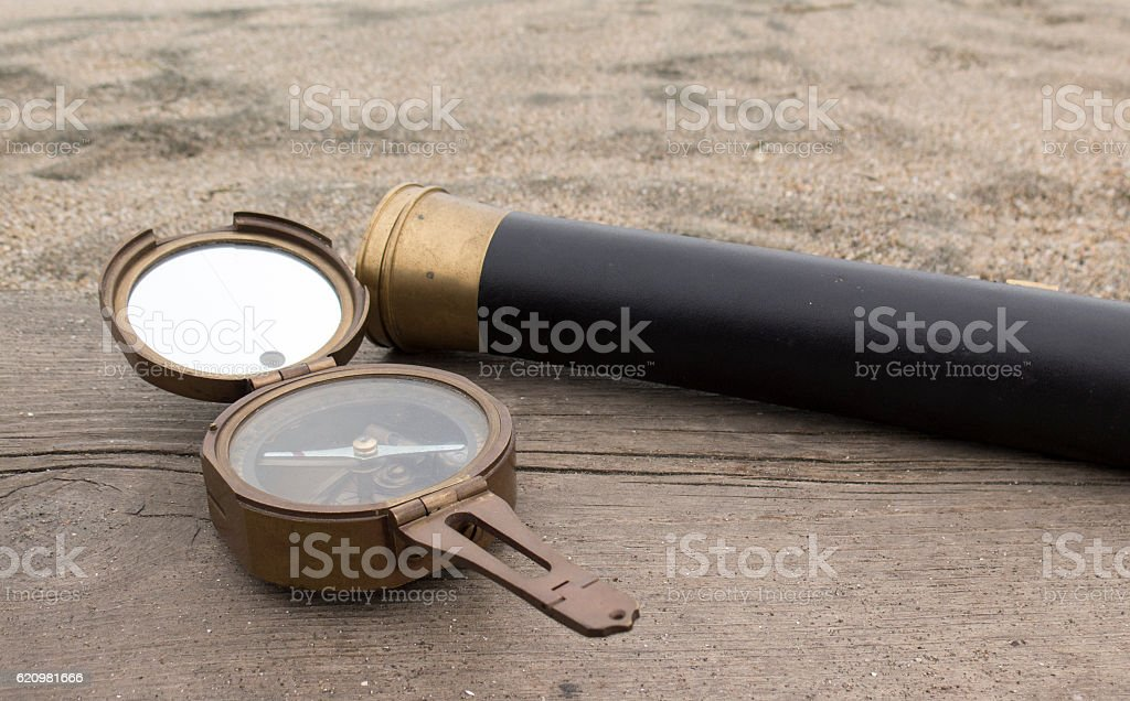 Vintage bronze compass and spyglass on the background foto royalty-free