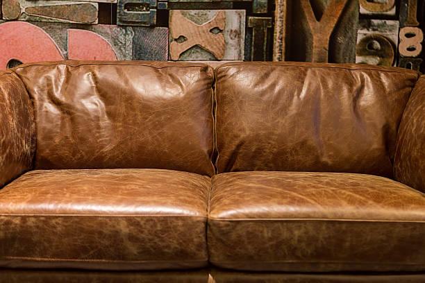 vintage braun leder-sofa - ledersessel braun stock-fotos und bilder