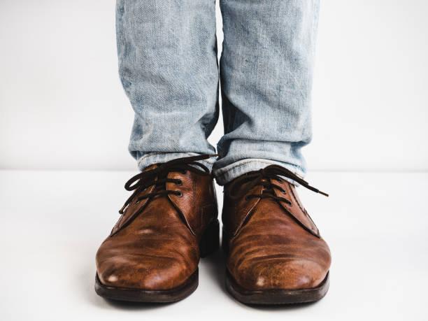 vintage, braune schuhe, jeans und mannes füße - bräutigam jeans stock-fotos und bilder