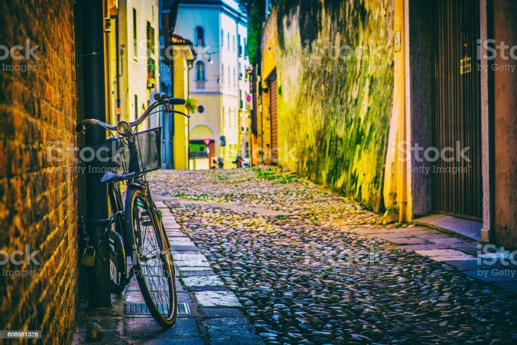 Vintage Bycicle apoyarse en la pared, Italia - foto de stock