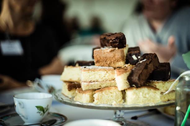 vintage cake blur - kochen mit oliver stock-fotos und bilder