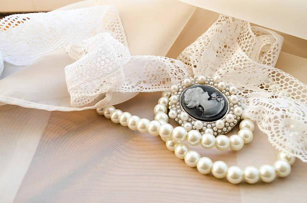 vintage cameo, pearls and lace - vintage spitze stock-fotos und bilder