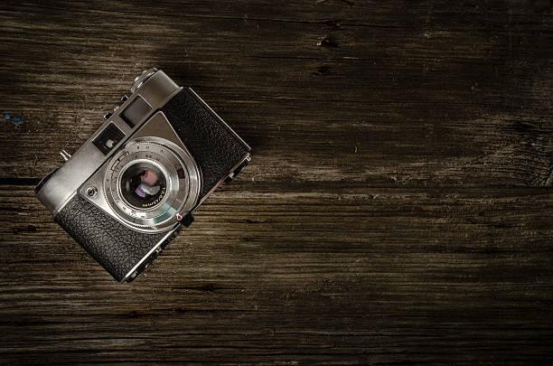 Vintage Kamera liegen auf dunklem Holz. – Foto