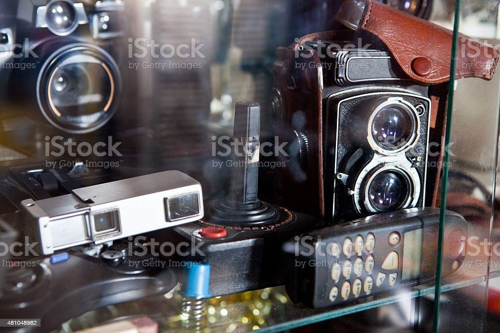 Vintage câmeras de telefone e Joystick em uma vitrine foto royalty-free