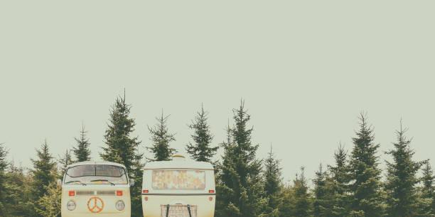 Vintage Wohnmobil und Wohnwagen in einem Wald – Foto