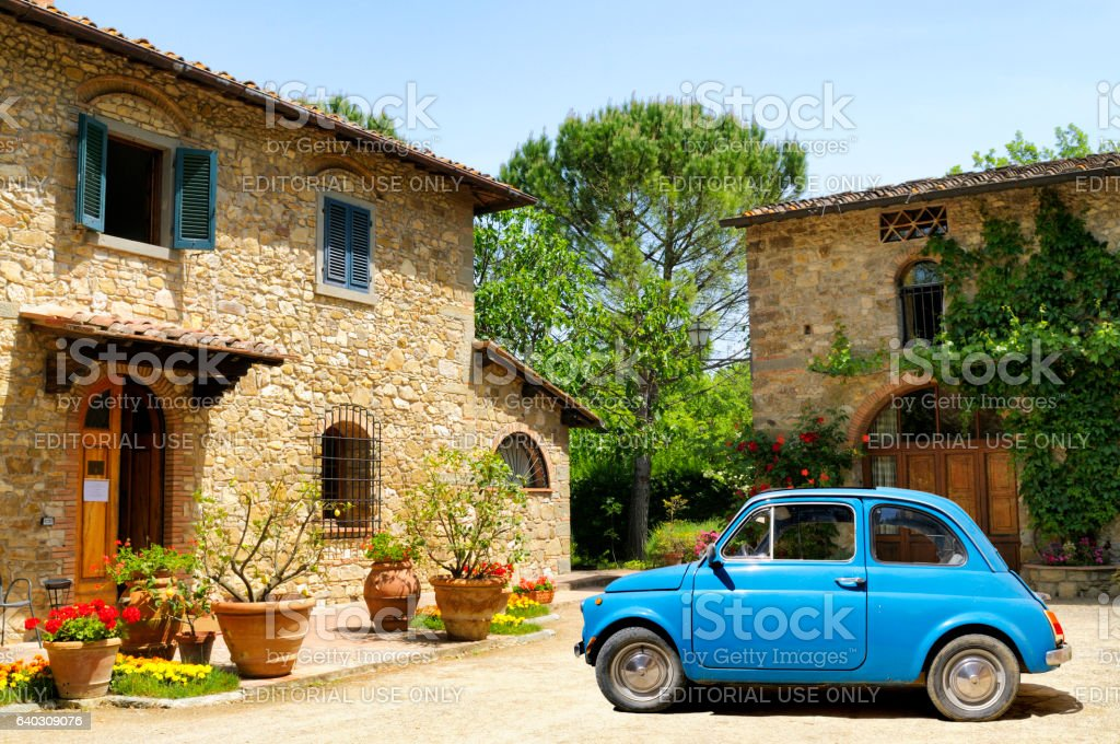 Vintage car and farmhouse in Tuscany - foto stock