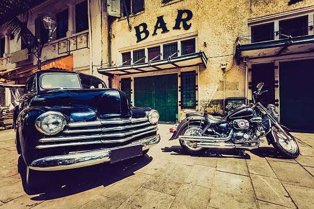 retro auto chevrolet) und motorrad in jakarta, indonesien - autos und motorräder stock-fotos und bilder