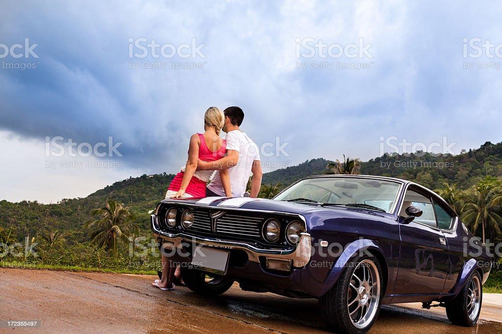 Vintage coche pareja foto de stock libre de derechos