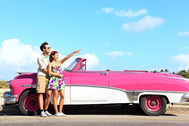 vintage auto-paar zeigt - urlaub in kuba stock-fotos und bilder