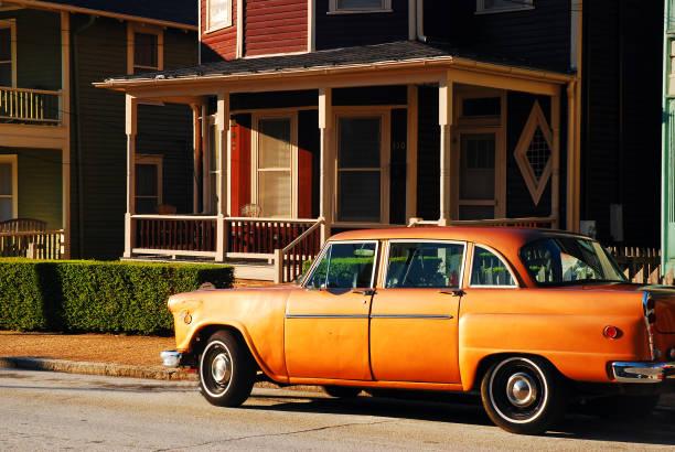 coche vintage en un barrio histórico - martin luther king jr day fotografías e imágenes de stock