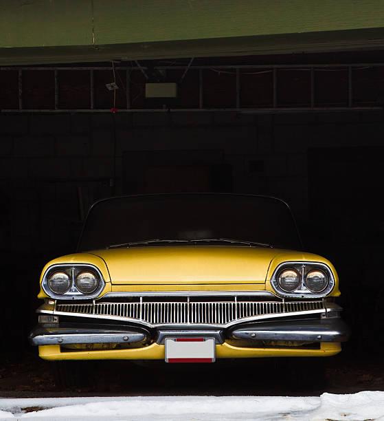 vintage auto in garage für den winter - alten muscle cars stock-fotos und bilder