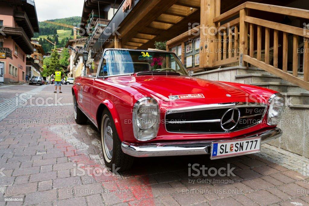 Oldtimer Mercedes-Benz 230 SL Oldsmobile Veteran Vorbereitung für Saalbach Classic Rallye in Saalbach-Hinterglemm, Österreich – Foto