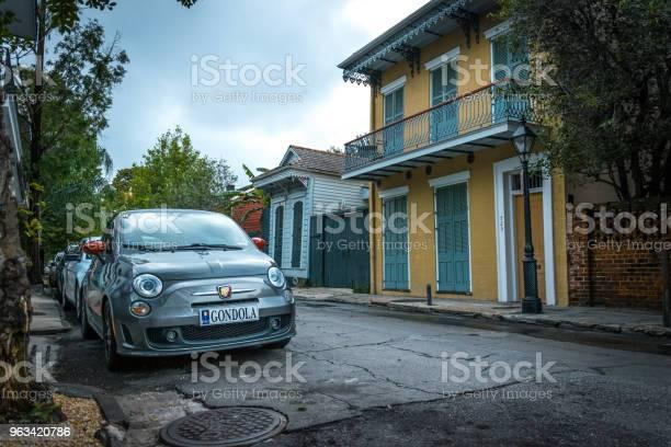 Zabytkowy Samochód Na Ulicy Bourbon Dzielnica Francuska Nowego Orleanu Luizjana - zdjęcia stockowe i więcej obrazów Architektura