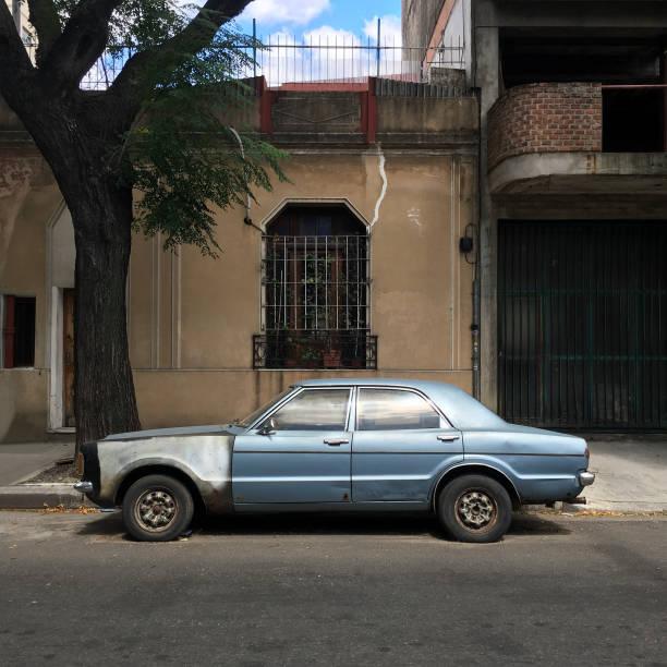 oldtimer in der straße geparkt - kombi stock-fotos und bilder