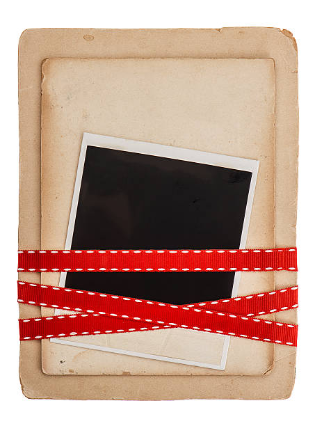 vintage karte mit roter schleife, isoliert auf weiss - geburtstagswünsche mit bild stock-fotos und bilder