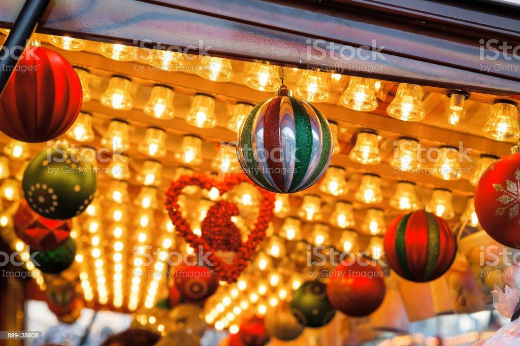 Christbaumkugeln At.Vintage Decke Geschmückt Mit Christbaumkugeln Am Weihnachtsmarkt