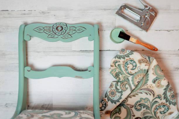 vintage-stuhl umbau-kreidefarbe und neuer stoff - patina farbe stock-fotos und bilder