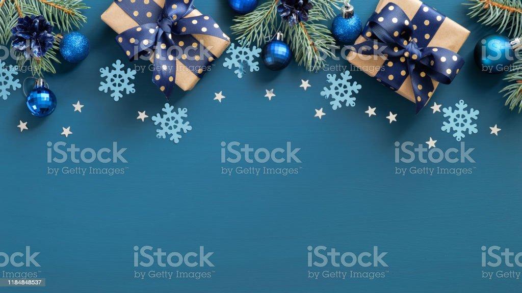 빈티지 크리스마스 프레임 테두리입니다. 플랫 누워 전나무 세 가지, 파란색 공과 파란색 배경 위에 눈송이. 상단 보기, 복사 공간. 새해 인사말 카드 템플릿, Xmas 엽서 모형. - 로열티 프리 0명 스톡 사진