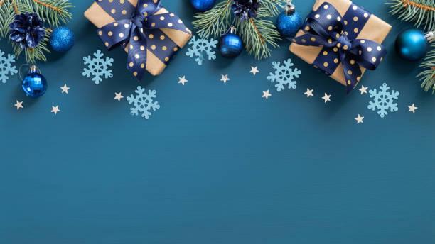 ヴィンテージクリスマスフレームの境界線。フラットレイモミ3枝、青いボールと雪片は、青い背景の上に。トップビュー、スペースをコピーします。新年のグリーティングカードテンプレー - クリスマス ストックフォトと画像