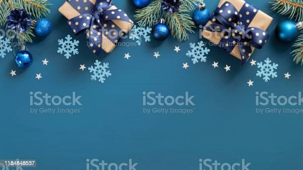 빈티지 크리스마스 프레임 테두리입니다 플랫 누워 전나무 세 가지 파란색 공과 파란색 배경 위에 눈송이 상단 보기 복사 공간 새해 인사말 카드 템플릿 Xmas 엽서 모형 0명에 대한 스톡 사진 및 기타 이미지