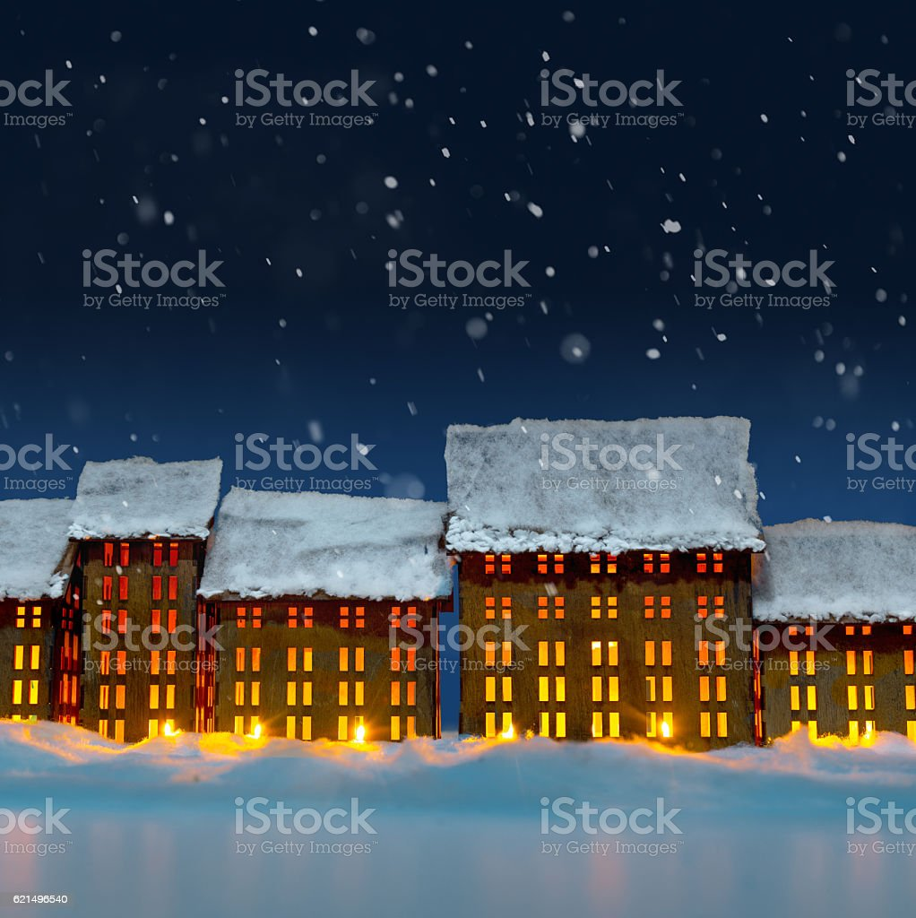 Vintage christmas houses decoration on white snowy surface. photo libre de droits