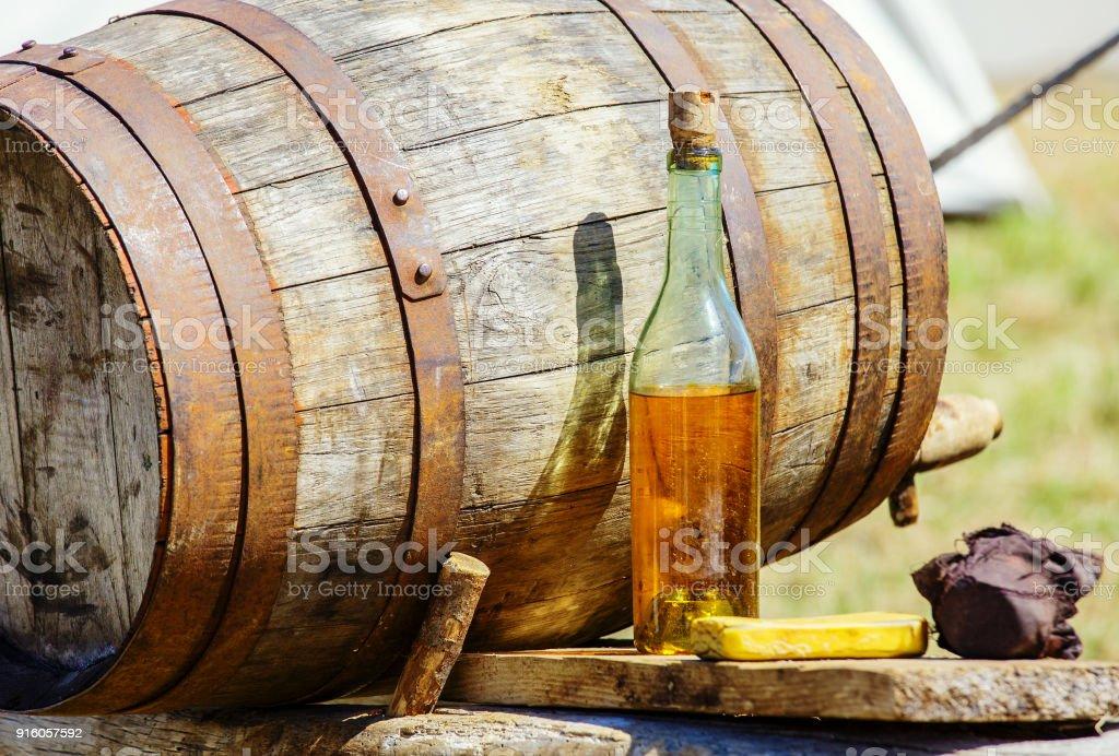 Vintage Apfelwein Barrrel mit Flasche am Tisch – Foto