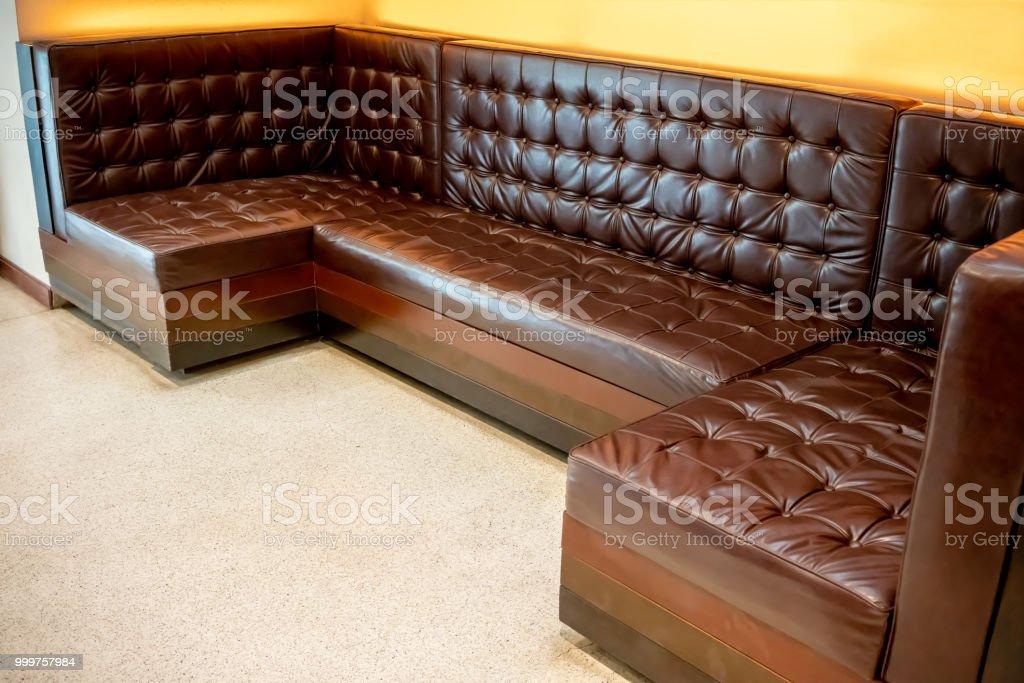 Vintage Classic Braune Ledercouch Im Weißen Stock Vor Gelbem
