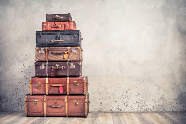 vintage klasyczne przestarzałe bagażniki bagażu z metkami, stare zabytkowe skórzane walizki wieża przed betonowym tle ściany. koncepcja bagażu podróżnego. zdjęcie filtrowane w stylu retro - archiwalny zdjęcia i obrazy z banku zdjęć