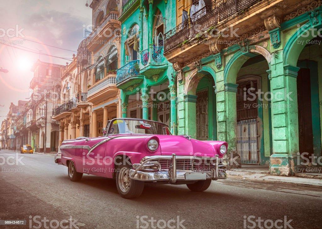 Vintage classic Rosa amerikanische Oldtimer Cabrio in alte Stadt Havanna Kuba – Foto